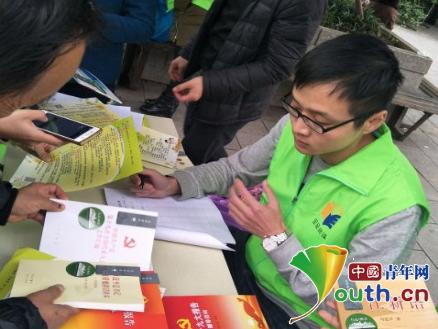 安徽大学研支团打造行走图书让市民送书香
