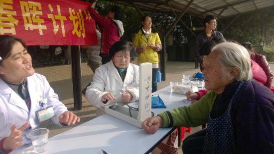安大志愿者再进芙蓉社区用义诊温暖老人心